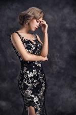 Фото Азиатка Позирует Платье Рука девушка