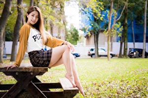 Bureaubladachtergronden Aziatisch Zitten Tafel Benen Rok (kleding) Glimlach Kijkt jonge vrouw