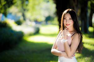 Fotos Asiaten Lächeln Unterhemd Starren Unscharfer Hintergrund Mädchens