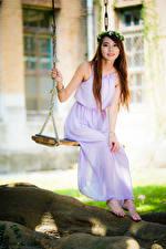Bilder Asiaten Schaukel Kleid Kranz Lächeln Starren Unscharfer Hintergrund junge frau