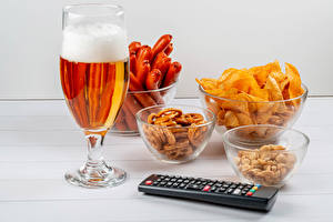 Photo Beer Vienna sausage Nuts Fast food Stemware Foam Crisps Bowl Food