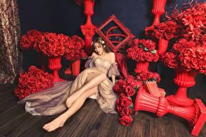 Bakgrundsbilder på skrivbordet Blomsterbukett Ros Asiater Röd Brunhårig tjej Klänning Sitter Ben Unga_kvinnor