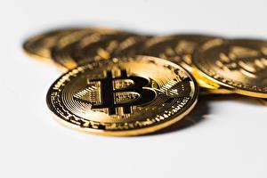 Bureaubladachtergronden Close-up Munten Geld Bitcoin Bokeh Gouden kleur