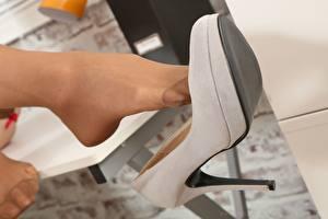 Fondos de escritorio De cerca Pierna Zapatos de tacón Pantimedias mujer joven