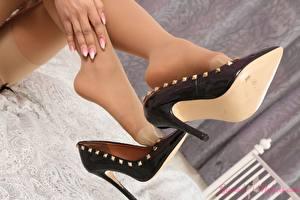 Fotos & Bilder Großansicht Bein Stöckelschuh Nylonstrumpf Mädchens