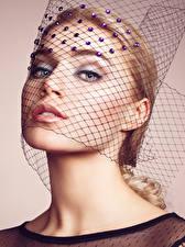 Fotos Farbigen hintergrund Blond Mädchen Gesicht Blick Make Up Mädchens