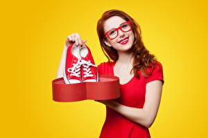 Fotos & Bilder Farbigen hintergrund Rotschopf Brille Plimsoll Schuh Blick Rote Lippen Mädchens