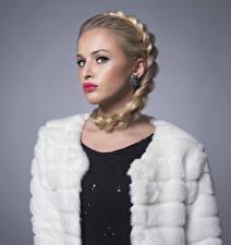 Fotos Grauer Hintergrund Blondine Zopf Rote Lippen Ohrring Blick Mädchens