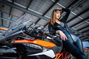 Bakgrundsbilder på skrivbordet KTM motorcykel Asiater Brunhårig tjej Latex Händer Poserar Unga_kvinnor Motorcyklar