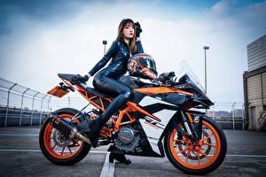 Bakgrundsbilder på skrivbordet KTM motorcykel Asiater Sidovy Latex Sitter Unga_kvinnor Motorcyklar