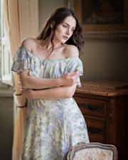 Bilder Posiert Kleid Hand Schön Mädchens