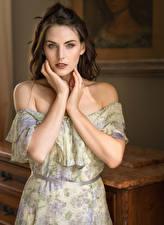 Fotos Posiert Kleid Hand Blick Hübsch junge frau