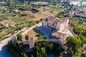 Bureaubladachtergronden Spanje Majorca Een klooster Gebouw Een hek Van bovenaf Sant Salvador een stad