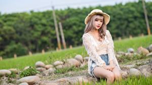 Bakgrundsbilder på skrivbordet Stenar Asiatisk Gräset Mörkblond Hatt Sitter Blick Händer Unga_kvinnor