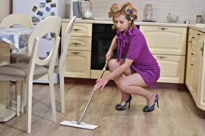 Обои Кухня Уборщица Платье Ноги Victoria Borodinova Девушки картинки