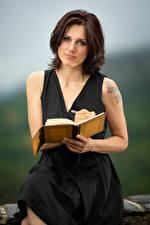 Bilder Erwachsene Frau Braune Haare Sitzt Notizblock Starren Hand Emma