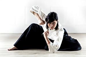 Fotos Brünette Blick Hand Pose Kimono Aikido, Svetlana Druzhinina sportliches Mädchens