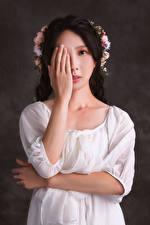 Hintergrundbilder Asiaten Kleid Hand Starren Kranz junge frau