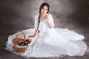 Fotos Asiatische Sitzt Kleid Zopf Weidenkorb Blick