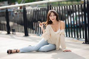 Bilder Asiaten Sitzend Jeans Unterhemd Blick Mädchens
