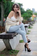 Fotos Asiatisches Sitzend Bein Jeans Bokeh junge frau