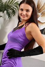 Bilder Celeste Star Braune Haare Blick Lächeln Hand Handschuh Kleid junge frau