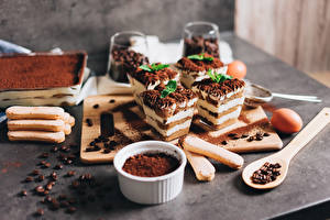 Bureaubladachtergronden Koffie Kleine Taart Nagerecht Cacaopoeder Een lepel Graan Tiramisu Voedsel
