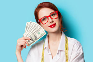 Bakgrunnsbilder Dollar Farget bakgrunn Rødhåret kvinne Briller Røde lepper Hender Unge_kvinner