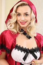 Bilder Dominika Jandlova Coxy Blondine Blick Lächeln Kapuze Rotkäppchen junge Frauen