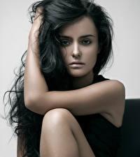 Hintergrundbilder Grauer Hintergrund Brünette Starren Hand Haar Model junge frau