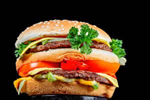 Fotos Burger Brötchen Frikadelle Gemüse Schwarzer Hintergrund Lebensmittel