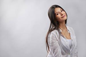 Fotos Süß Lächeln Blick Grauer Hintergrund Mariana junge frau