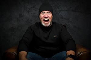 Bilder Mann Starren Erstaunen Sitzend Mütze T-Shirt Bärte Erschrecken