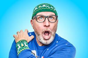 Fotos Mann Überraschter Brille Sweatshirt Mütze Barthaar