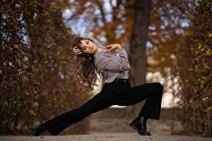 Fotos Die Hose Bein Hemd Blick Posiert Paoletta junge Frauen