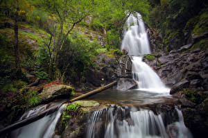 Hintergrundbilder Portugal Fluss Steine Wasserfall Bäume Laubmoose Coimbra