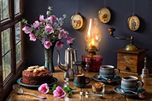 Bakgrunnsbilder Stilleben Buketter Cosmos blomster Parafinlampe Kaffe Kake Vannkoker Vase Krus Blomster