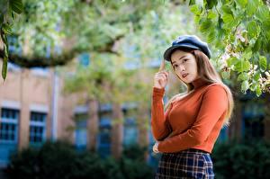 Fotos Asiaten Unscharfer Hintergrund Braunhaarige Baseballcap Blick Hand junge frau