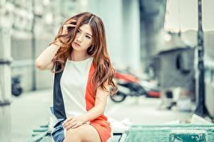 Fotos Asiatische Bokeh Braunhaarige Kleid Hand Starren Sitzend junge frau