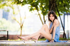 Bilder Asiatisches Unscharfer Hintergrund Braunhaarige Kleid Sitzend Hand Bein Mädchens