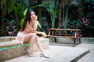 Hintergrundbilder Asiaten Unscharfer Hintergrund Kleid Braune Haare Sitzt Bein High Heels junge frau