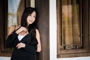 Fotos Asiatische Unscharfer Hintergrund Blick Lächeln Hand Brünette junge Frauen