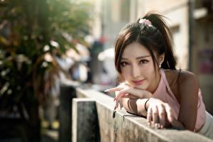 Bilder Asiatische Unscharfer Hintergrund Hand Blick Braune Haare junge frau
