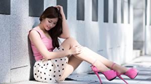 Bilder Asiaten Unscharfer Hintergrund Sitzen Brünette Bein High Heels Mädchens