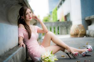 Hintergrundbilder Asiaten Bokeh Sitzend Kleid Hand Bein Stöckelschuh Mädchens
