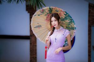 Bilder Asiatische Bokeh Regenschirm Braunhaarige Hand Starren junge frau