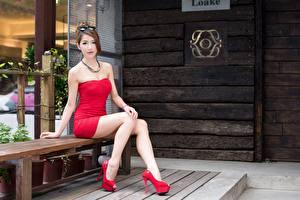 Bilder Asiatische Braunhaarige Kleid Sitzend Hand Bein Stöckelschuh Bank (Möbel) Mädchens