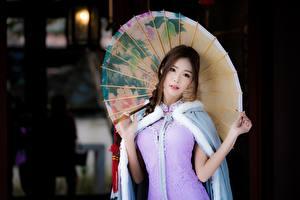 Fotos Asiatische Braune Haare Regenschirm Hand Starren Unscharfer Hintergrund Mädchens