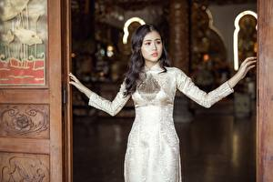 Fotos Asiaten Brünette Hand Kleid Starren junge frau