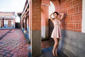 Hintergrundbilder Asiatisches Kleid Pose Hand Blick junge frau